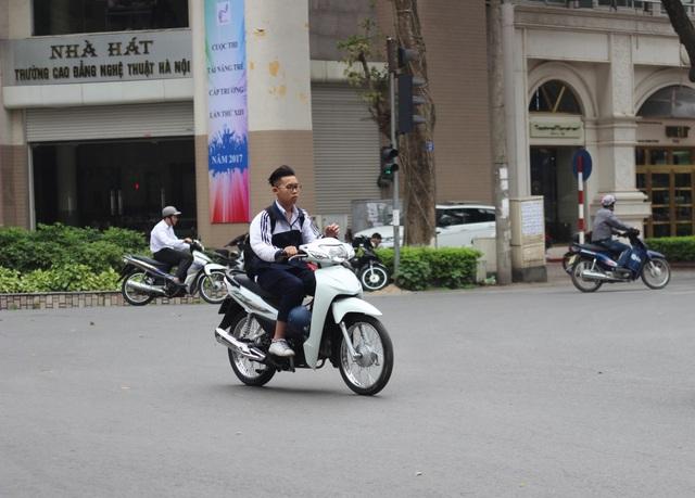 Học sinh không những điều khiển xe gắn máy khi chưa đủ tuổi mà còn không đội mũ bảo hiểm khi tham gia giao thông.(Ảnh chụp vào ngày 7/4/2017 tại ngã tư giao 2 đường Hai Bà Trưng và Phan Chu Trinh)