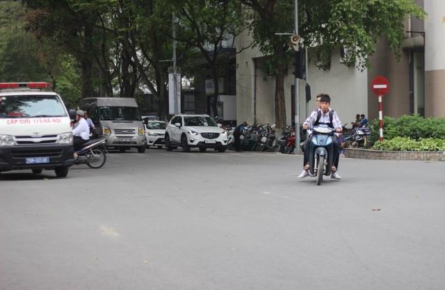 Không mũ bảo hiểm, đi xe máy không gương, hai học sinh này còn ngang nhiên vượt đèn đỏ.(Ảnh chụp vào ngày 7/4/2017 tại ngã tư giao 2 đường Hai Bà Trưng và Phan Chu Trinh)