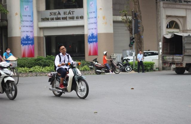 Những học sinh này có mang theo mũ bảo hiểm nhưng không đội, cũng không bị xử phạt. Thậm chí còn có thái độ nghênh ngang khi tham gia giao thông.(Ảnh chụp vào ngày 7/4/2017 tại ngã tư giao 2 đường Hai Bà Trưng và Phan Chu Trinh)