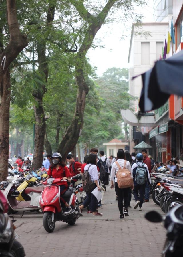 Một điểm trông giữ xe máy của học sinh cấp 3 trên đường Lý Thường Kiệt (quận Hoàn Kiếm). (Ảnh chụp vào ngày 7/4/2017)
