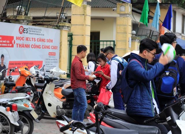 Học sinh lấy xe tại điểm trông xe cạnh trường sau khi tan học. Giá vé gửi xe ở hầu hết các điểm trông xe này là 5.000 đồng/xe máy.