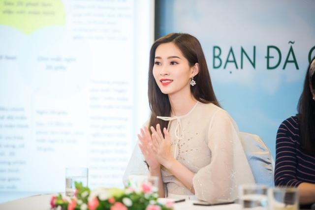 Hoa hậu Đặng Thu Thảo rạng rỡ tại buổi hội thảo