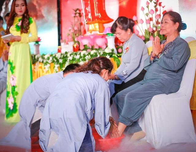Nghi lễ rửa chân vừa là dịp để những người con cảm nhận sâu sắc công ơn dưỡng dục của đấng sinh thành vừa để những người cha, người mẹ thấy được sự hiếu thảo của con dành cho mình.