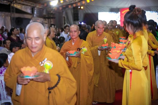 Kết thúc chương trình là nghi thức thả đèn hoa đăng. Theo ý nghĩa của Phật giáo, nghi lễ thả đèn hoa đăng là cầu cho Quốc thái, dân an, mọi nhà đều an lành, hạnh phúc.