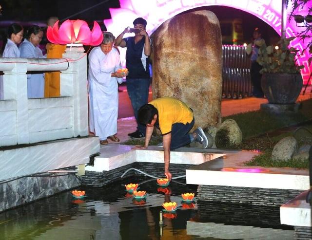 Hàng trăm ngọn đèn được thả xuống hồ nước, mang theo những ước nguyện, cầu bình an và lòng thành kính của các Phật tử dành cho người đã khuất.
