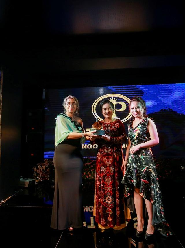 Doanh nhân Phạm Thu Hà- Giám đốc công ty PT Casa (phải) mang đến bất ngờ cho mẹ (giữa) bằng việc tham gia đấu giá chai dầu Auleum thượng hạng của Italia