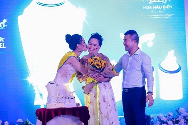 Doanh nhân Nguyễn Thị Phương trong buổi đấu giá bộ trang sức ngọc trai trị giá 100 triệu đồng
