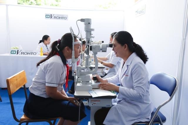 Học sinh đang được khám mắt tại chương trình Chăm sóc mắt học đường 2017