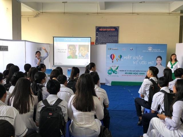 Bác sĩ tư vấn về nguyên nhân và cách phòng ngừa cận thị học đường cho các em học sinh