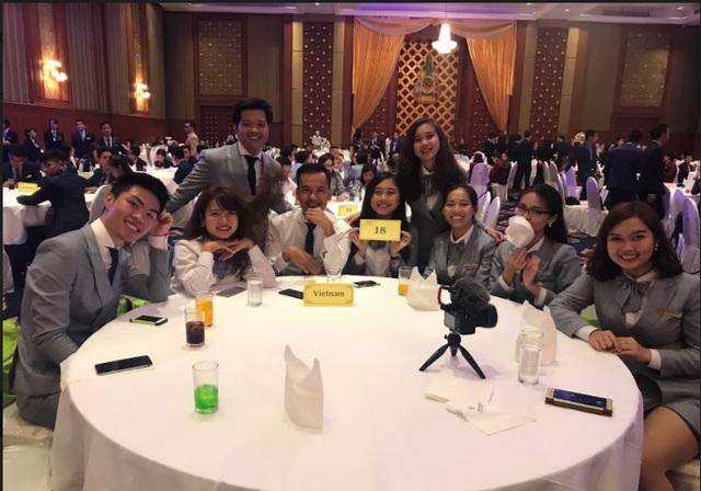 Phương Linh (ở giữa) cùng đoàn Việt nam tham dự một hội thi quốc tế.
