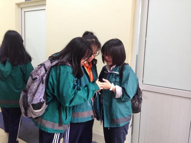 Học sinh trường trung học Phổ Thông Nguyễn Tất Thành trao đổi bài tập trước lúc vào lớp