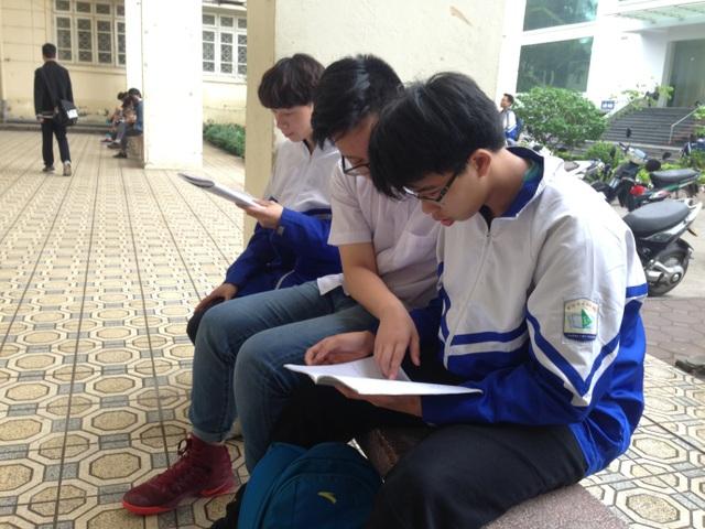 Ngoài giờ vào lớp các bạn giúp đỡ nhau ôn bài tập để chuẩn bị cho kì thi tới