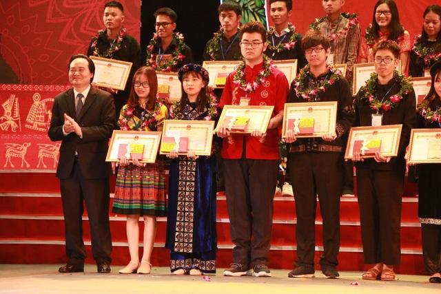 Bộ trưởng Nhạ trao phần thưởng cho các em học sinh đạt giải Ba trong kì thi Học sinh giỏi Quốc gia năm học 2017 – 2018.