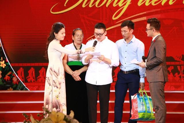 Nam sinh Hồ Hồng Cường (áo trắng), dân tộc Sila, quê Điện Biên, sinh viên năm nhất, Trường ĐH Khoa học, ĐH Thái Nguyên, 18 năm qua được ông bà nội nuôi nấng và giờ đã có những thành tích học tập bước đầu đáng tự hào.