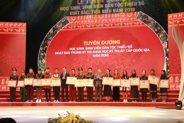 Những học sinh, sinh viên dân tộc thiểu số đoạt giải trong kì thi KHKT cấp quốc gia 2018.