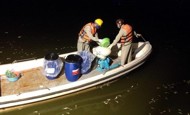Công nhân dùng chế phẩm đặc biệt được dùng để xử lý ô nhiễm tại Hồ Tây