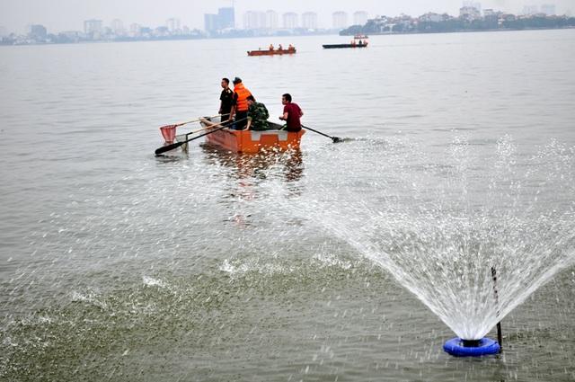 Hà Nội sử dụng biện pháp cung cấp ô xy cho nước Hồ Tây
