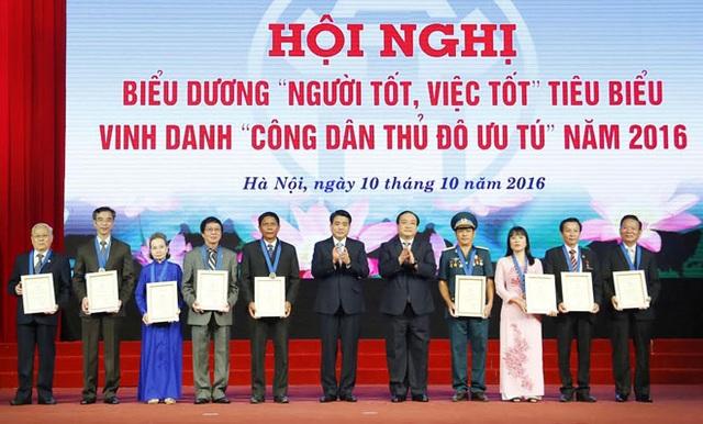 Bí thư Thành ủy Hoàng Trung Hải và Chủ tịch UBND TP Nguyễn Đức Chung trao Danh hiệu Công dân Thủ đô ưu tú cho 9 cá nhân
