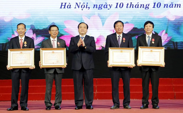 Bí thư Thành ủy Hoàng Trung Hải trao Huân chương cho 4 cá nhân nguyên là lãnh đạo TP Hà Nội (Ảnh: Hà Nội Mới)