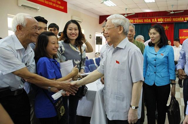Tổng Bí thư Nguyễn Phú Trọng trao đổi với cử tri bên lề hội nghị