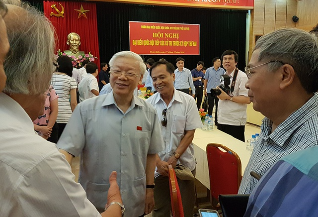 Tổng Bí thư Nguyễn Phú Trọng trao đổi với cử tri quận Hoàn Kiếm bên lề hội nghị