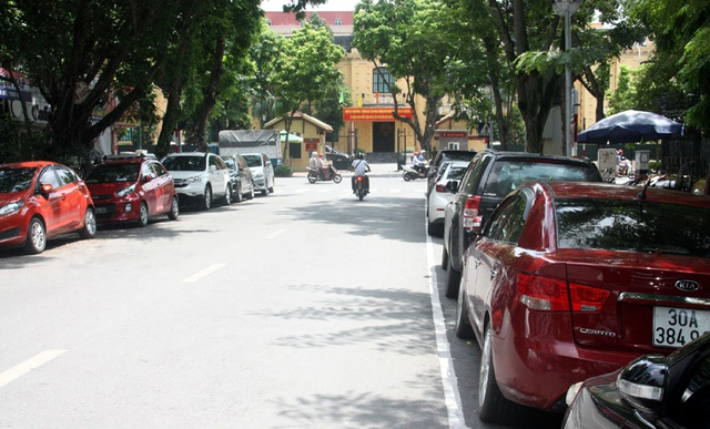 Nhiều tuyến phố chật hẹp trên địa bàn Hà Nội nhưng ô tô vẫn đỗ kín hai bên đường