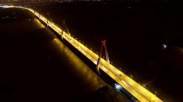 Hà Nội dự kiến trang trí cầu Nhật Tân bằng hệ thống đèn led đổi màu (Ảnh: Hà Trang)