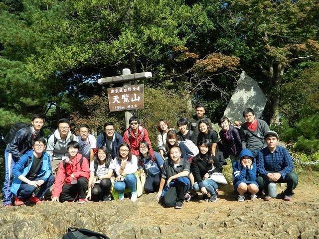Minh Yến và các bạn ở Nhật cùng leo núi.