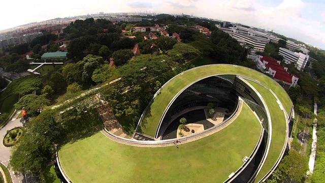 Đại học Công nghệ Nanyang (Singapore), trường hàng đầu khu vực Đông Nam Á và châu Á, tăng hai bậc so với năm 2017, xếp thứ 10.