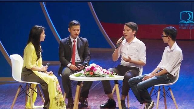 """Thạc sĩ Lưu Đức Trung - đại diện nhóm giao lưu trong chương trình vinh danh """"Tri thức trẻ vì giáo dục"""" năm 2017 mới đây tại Hà Nội."""