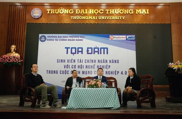 Khách mời tọa đàm là những chuyên gia đến từ các Tổ chức trung gian tài chính có uy tín. Từ trái sang phải: Ông Lê Đức Phương, ông Nguyễn Bá Đức, ông Hoàng Anh Minh và MC chương trình.