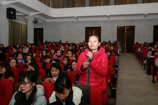 Tọa đàm thu hút đông đảo sinh viên tham dự, các bạn hào hứng đặt câu hỏi.