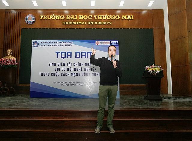 Diễn giả Lê Đức Phương giải đáp câu hỏi về trang phục đi phỏng vấn ngành tài chính – ngân hàng.