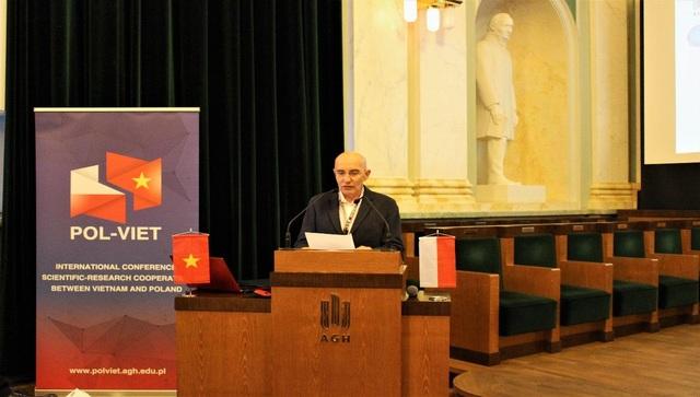 TS. Janusz Mucha trình bày về vấn đề hợp tác khoa học và đào tạo giữa AGH-UST và HUMG.