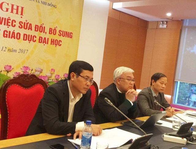 Thứ trưởng Bộ GD&ĐT Nguyễn Văn Phúc (ngoài cùng bên trái) chủ trì Hội nghị.