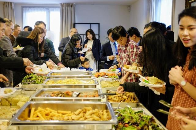 Cộng đồng người Việt cùng nhau thưởng thức những món ăn dân tộc.