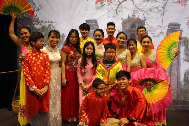 Không chỉ là một buổi biểu diễn với lời ca điệu múa, chương trình là một cuộc hành trình muôn sắc màu đưa khán giả Pháp hòa mình vào không khí Tết tưng bừng ấm áp của Việt Nam.