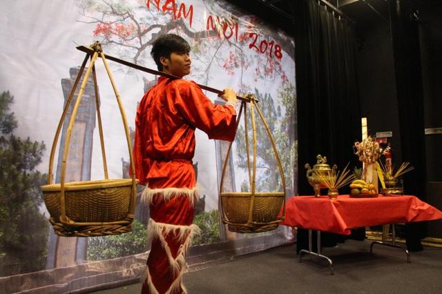 """Thế Dương, sinh viên trường UBS tâm sự: """"Đây không chỉ là cơ hội để anh chị em người Việt chúng mình giao lưu, sinh hoạt nghệ thuật sau những giờ học tập và làm việc căng thẳng, mà còn là dịp để chúng mình kết nối với bạn bè quốc tế đến qua lời ca tiếng đàn. Chúng mình tự hào là một phần của thế hệ trẻ Việt Nam, thế hệ mang sứ mệnh góp phần đưa Việt Nam hòa nhập cùng thế giới và mang thế giới đến gần hơn với Việt Nam""""."""