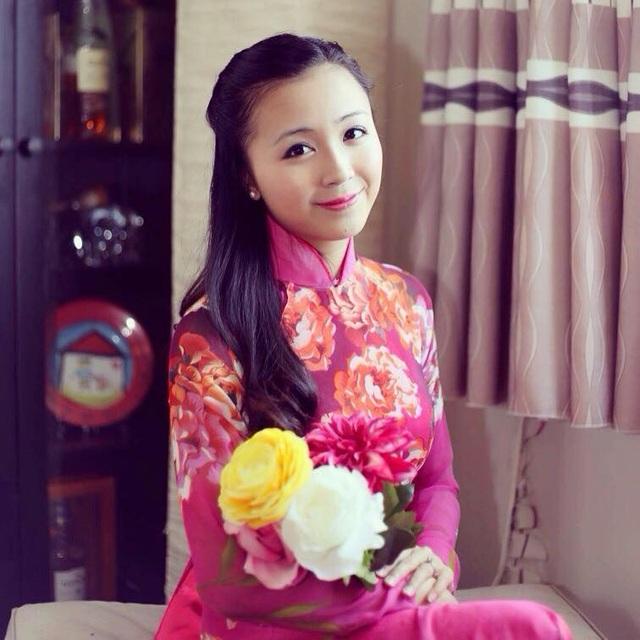 Thạc sĩ Trần Mỹ Hằng xinh đẹp cuốn hút trong tà áo dài đón Xuân.