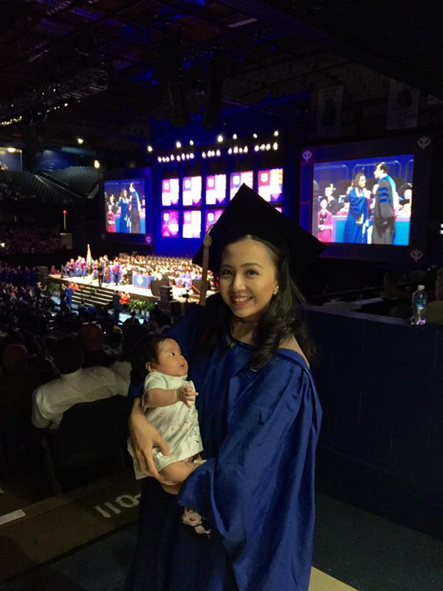 Hằng và con gái trong ngày lễ tốt nghiệp thạc sĩ tại Mỹ.