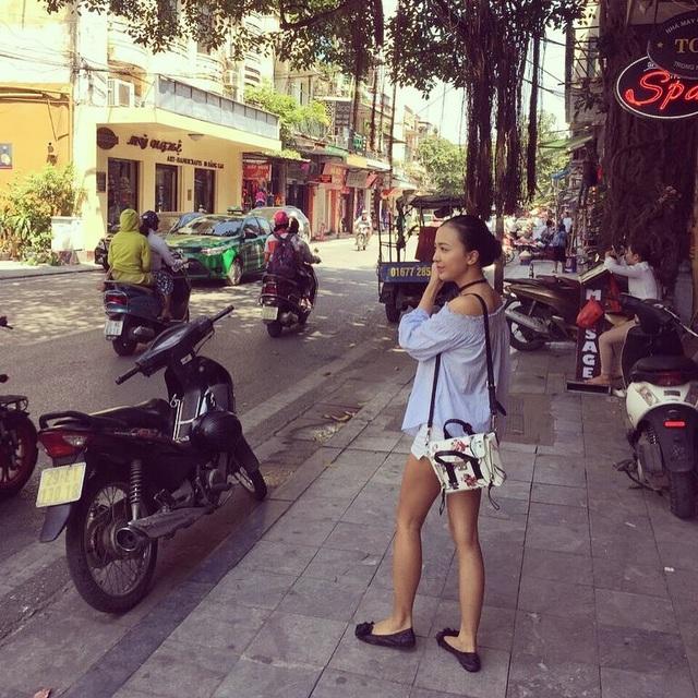 Hằng tranh thủ tận hưởng không khí đặc trưng của Hà Nội những ngày Tết.
