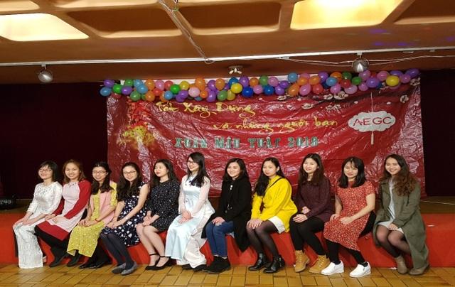 Các thành viên nữ trong đội văn nghệ chụp ảnh kỷ niệm.