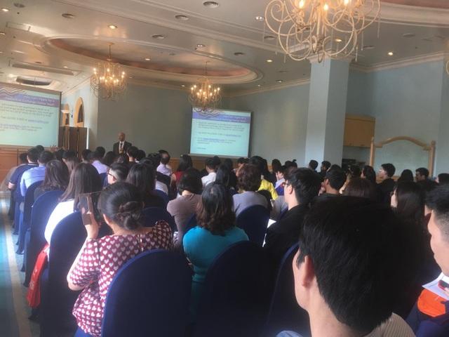Đông đảo phụ huynh, học sinh tham dự đang lắng nghe ông Brdeley trình bày cách xin cấp thị lực (Visa).