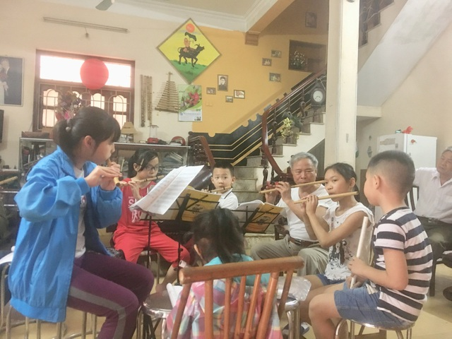 Lớp học cuối tuần thu hút nhiều em học sinh.