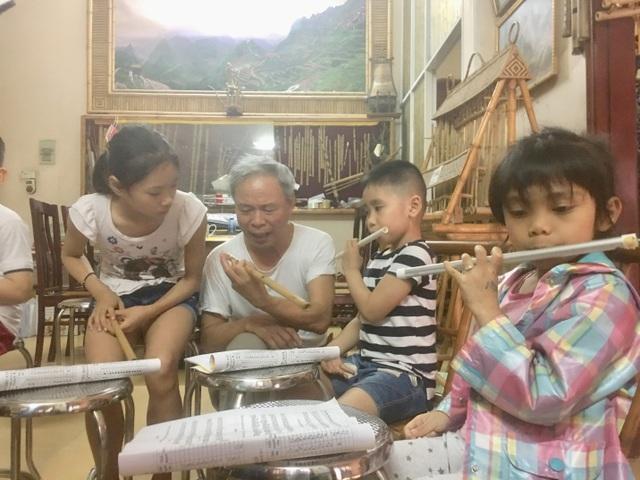 Nghệ sĩ Lê Thái Sơn hướng dẫn tận tình cho từng học viên.