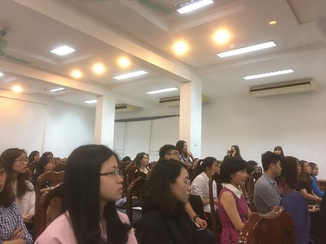 Các bạn trẻ hào hứng đặt câu hỏi cho diễn giả giải đáp