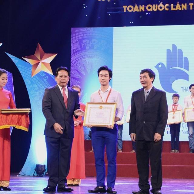 Phạm Lê Việt Anh (ở giữa) nhận bằng khen trong lễ tổng kết và trao giải cuộc thi Sáng tạo thanh thiếu niên nhi đồng toàn quốc lần thứ 12 năm 2016
