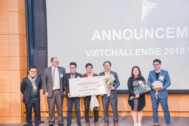 3 chàng trai đến từ đội VIoT giành ngôi vị quán quân VietChallenge. Lê Vũ Hoàng (áo vest đỏ, người sáng lập và giám đốc công nghệ công ty VIoT) là Quán quân Đường lên đỉnh Olympia năm 2005.
