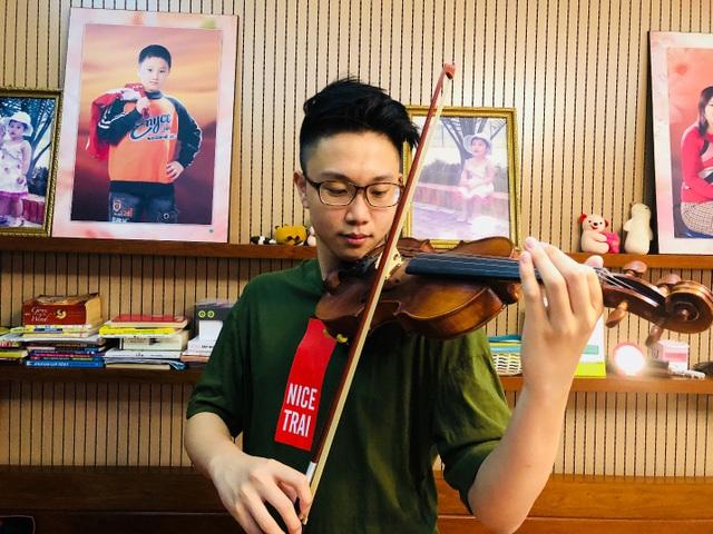 Mạnh Hùng có năng khiếu về môn violin.