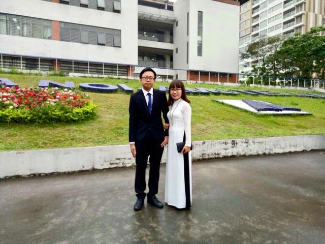 Cao Tuấn Kiệt chụp ảnh cùng mẹ Nguyễn Thị Nam – Giảng viên Vật lí Đại học Xây dựng Hà Nội.
